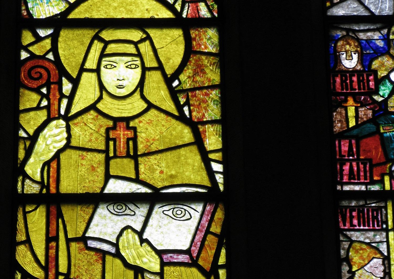 Vitrail de François Décorchemont. Détail représentant sainte Odile.