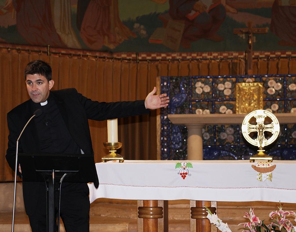 Le père Arnaud Bonnassies, curé de la paroisse