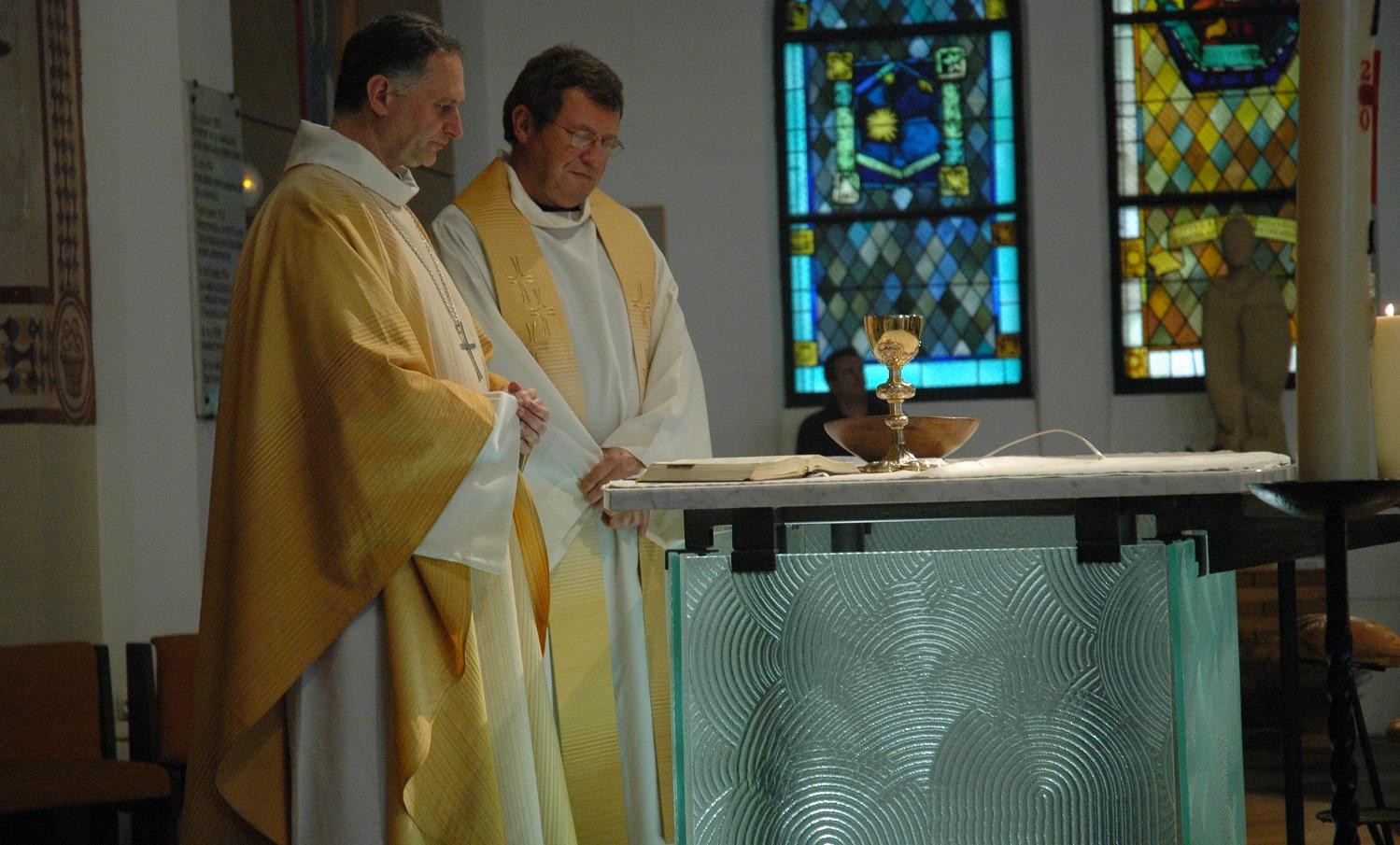 Consécration de l'autel en 2008 par Mgr Jean-Yves Nahmias avec le père Gambart, l'ancien curé de la paroisse.