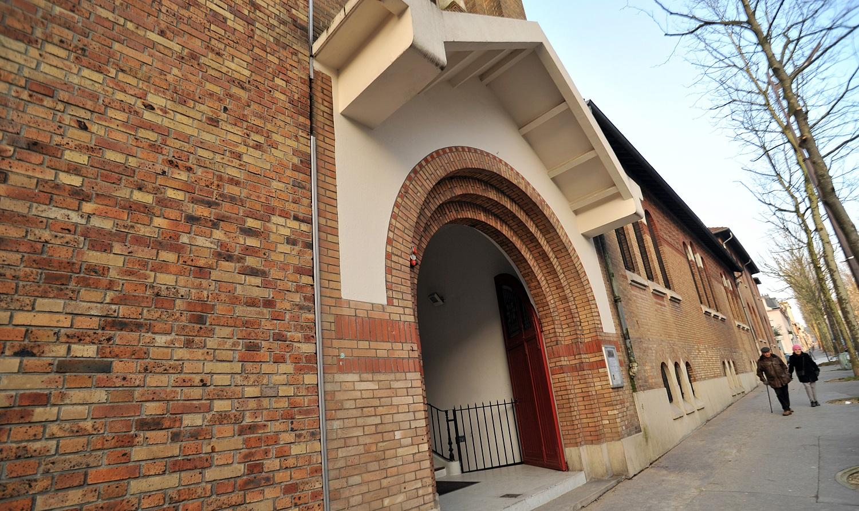 L'entrée de l'église, modeste bâtiment en brique.