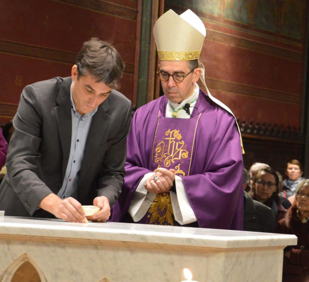 Bruno de Maistre scelle la pierre d'autel devant Mgr Mathieu Rougié et le père Henri Duc-Maugé, nouveau curé de Notre-Dame de Boulogne-Billancourt.