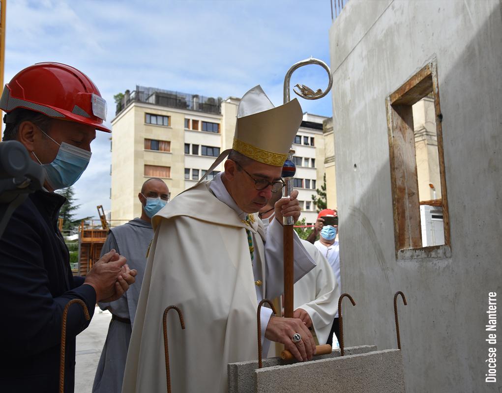 Mgr Rougé a béni la première pierre des locaux de Ste-Cécile (92)